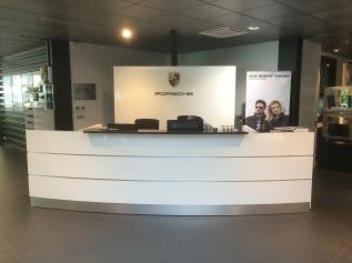 Banque d'accueil concession auto