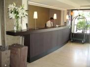 Banque d'accueil cintrée d'hôtel