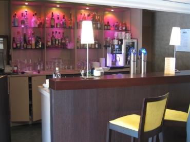 Meuble bar cintré et desserte éclairée
