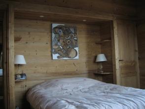 Habillage bois pour niche murale en tête de lit avec tables de nuit intégrées