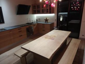 Aménagement cuisine et table en bois massif