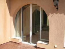 Porte-fenêtre aluminium cintrée